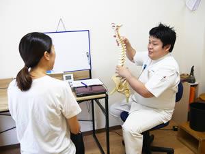 猫背矯正のセルフケア指導をする柔道整復師